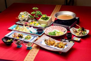 Try local and Japanese dishes at the Waryu SUSHI SHUNA