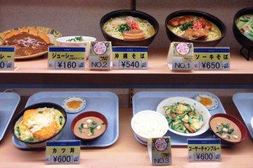 오키나와 소바는 인기있는 요리이다.