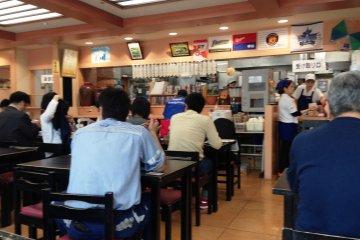 나하 공항 레스토랑은 오전 11시 30분에 만원이다