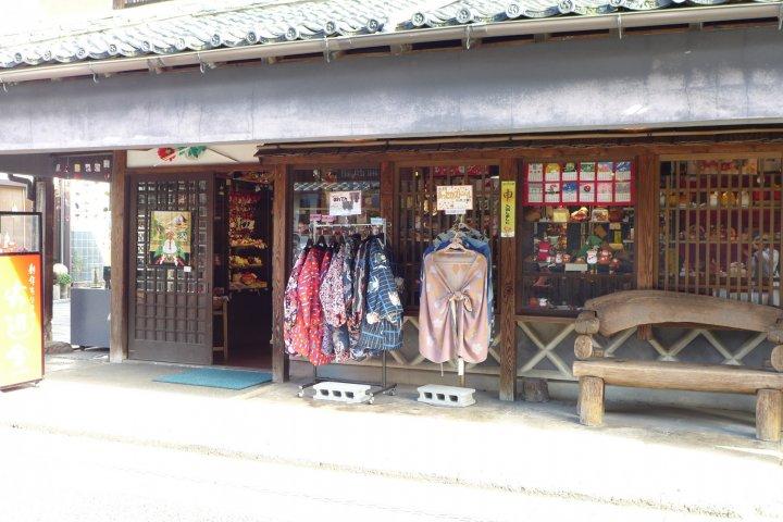 ผ้าฟุโรชิกิที่ร้านผ้าหัวมุมถนนแห่งเมือง Mameda