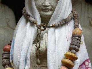 Những bức tượng mặc quần áo nhìn giống như người hành hương