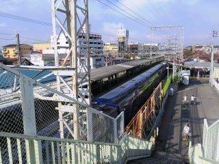 O comboio passa a estação num piscar de olhos