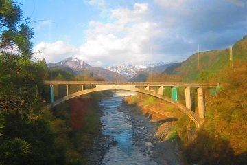 乘坐火车前往富山市时,一定要欣赏一下周边美丽的乡下风光