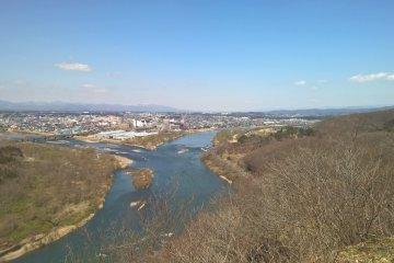 와가 강과 키타카미 강이 만나는 배경 속 키타카미