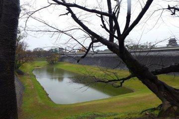 คูน้ำเป็นแนวป้องกันสำคัญเวลาปราสาทถูกล้อม