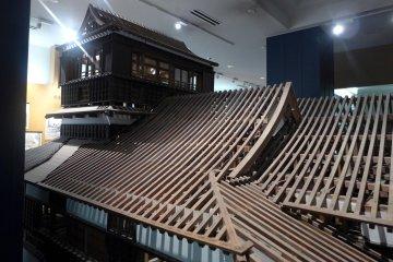 หุ่นจำลองแสดงโครงสร้างอาคารและหลังคา