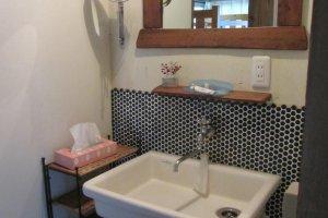 บริเวณสำหรับชำระล้างค่อนข้างกว้าง ถ้าคุณพบว่ามีแถวรออยู่ ให้ไปที่ห้องน้ำข้างล่าง