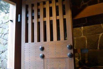 ประตูใหญ่ เปิดทางให้เข้าไปภายในบริเวณปราสาท