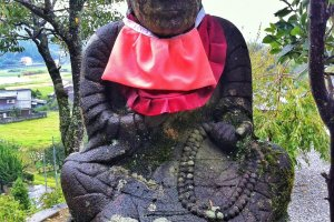 Patung Budha yang sedikit sipit.