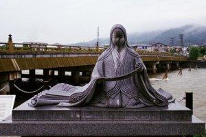 Statue of Murasaki Shikibu on the way to the museum