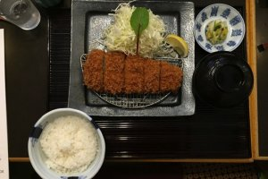 Un lunch set avec tonkatsu