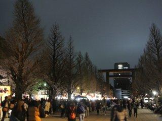 Rất nhiều quầy bán đồ ăn tại đền Yasukuni