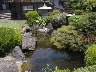 사찰 구내의 작은 연못