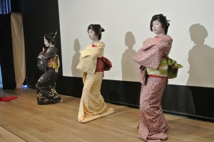 Ketiga geisha menari bersama untuk dua tarian terakhir