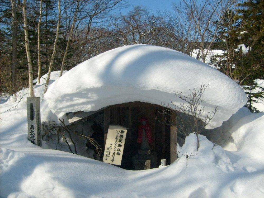 Um pequeno santuário, com um telhado robusto