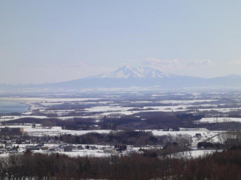 北海道北部被白雪覆蓋的山群