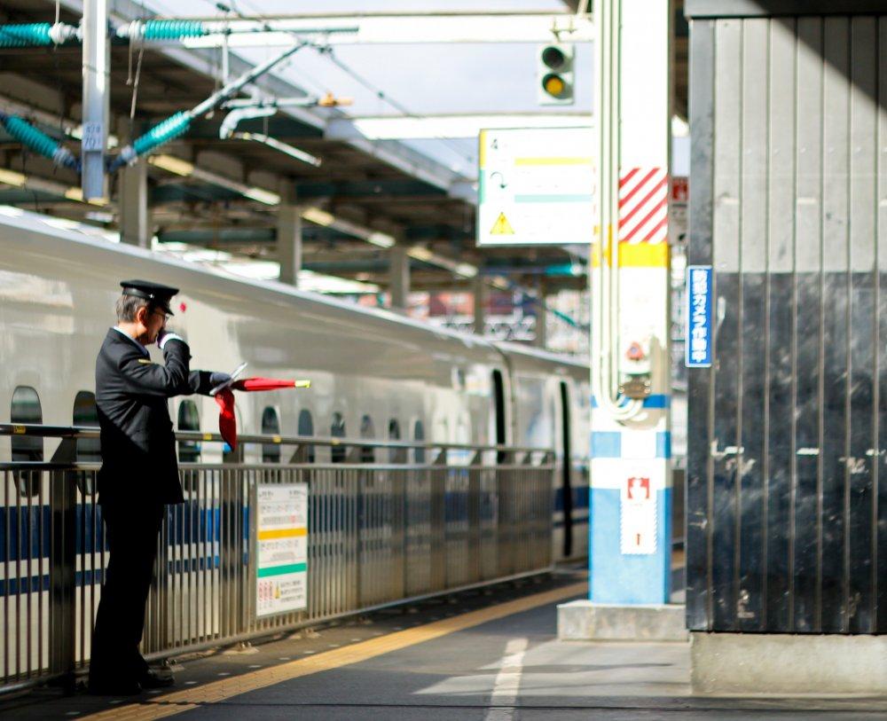 Nhân viên đưa ra tín hiệu cho chuyến tàu