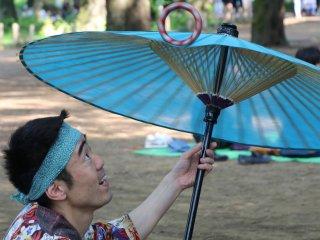 Gelang berputar di atas payung Jepang