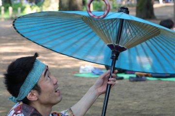 Spinning a bangle on a Japanese umbrella