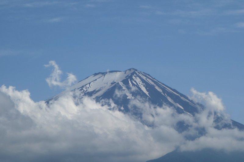 경치가 잘 보이는 맑은 날씨에도 구름은 이 지역의 주요 명소를 가린다.