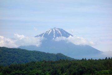 Последние остатки снежного покрова на горе Фудзи свидетельствуют о последних весенних деньках