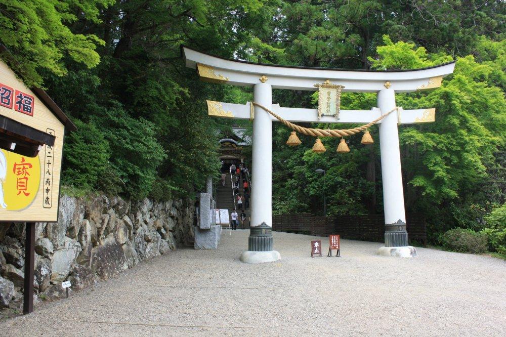 Le torii blanc à l'entrée du sanctuaire
