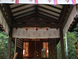 Quand on s'enfonce dans la forêt on trouve un premier petit sanctuaire