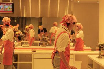 Crea tus noodles en Chicken Ramen Factory.