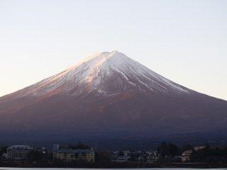Khung cảnh núi Phú Sĩ vào buổi sáng từ phía bên kia hồ
