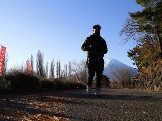 Đi bộ sáng sớm trên núi Phú Sĩ