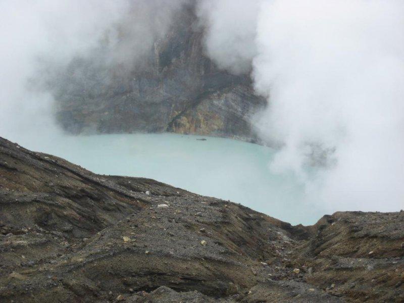 山腰涌出的温泉