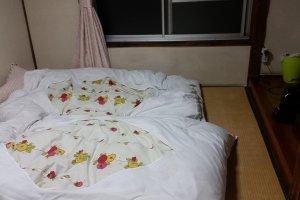 Kamar tipe double dengan matras yang nyaman