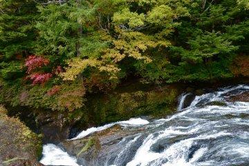 차가운 공기가 류즈노타키 지역에 이른 가을을 가져온다