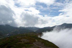 Une confrontation magnifique entre montagnes et nuages