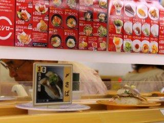 Ngay sau khi ngồi vào chỗ, các đĩa sushi sẽ được chuyển qua bàn của bạn trên chiếc băng chuyền để bạn có thể lựa chọn...