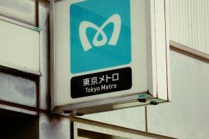 Tấm biển Tokyo Metro giúp bạn tìm lối vào tàu điện ngầm
