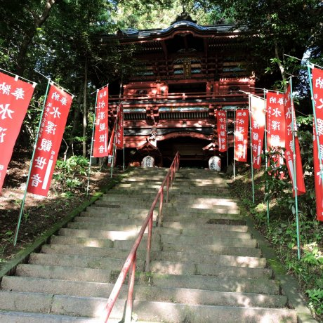 O Portão Vermelho do Mizusawa Kannon