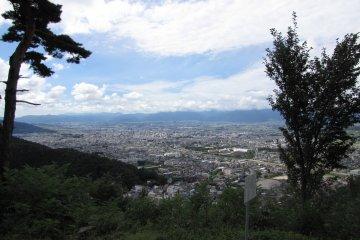 Захватывающая перспектива города Мацумото на фоне японских Альп