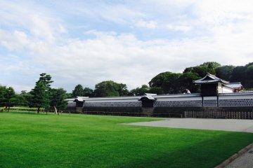 San-no-maru, the pristine lawn between the complex's two grand gates