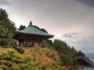На территории храма находятся несколько построек, некоторые с видом на море
