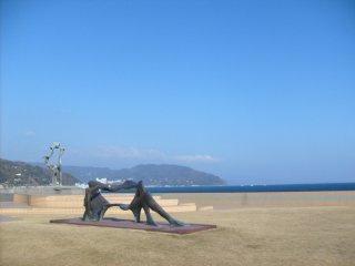 Bức điêu khắc gần bờ biển