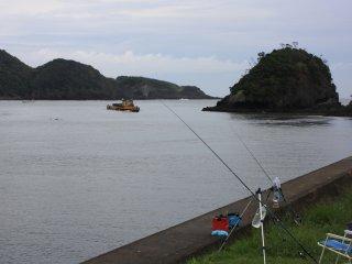 Quelques pêcheurs à l'extrémité de la plage