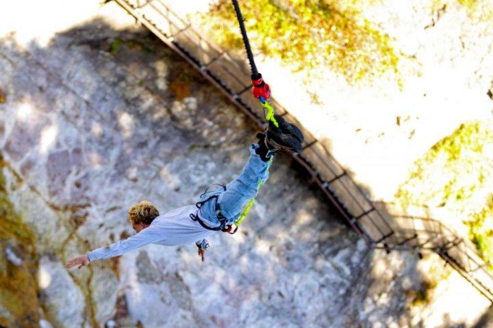 Bungee Jumping dan Daun Musim Gugur