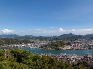 Vue de la ville et du chenal depuis le parc du temple Senkô-ji