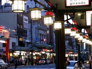 Ga Gion Shijo có các cửa hàng ở hai bên