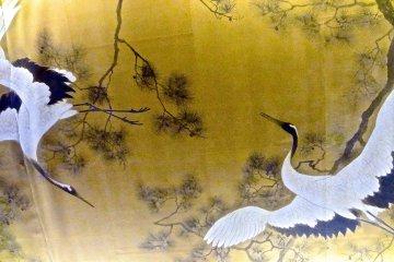 <p>เพดานทางเดินตกแต่งด้วยนกกระเรียน</p>