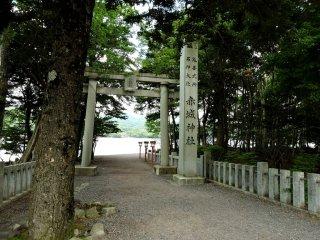돌로 만든 토리 문과 전등이 다리로의 접근을 표시한다.