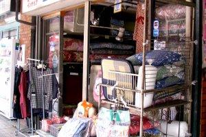Ở Tsukishima bạn có thể tìm thấy rất nhiều mặt hàng!