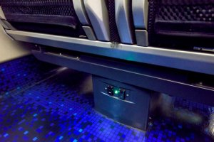 Colokan listrik dan ruang yang luas untuk kaki Anda!