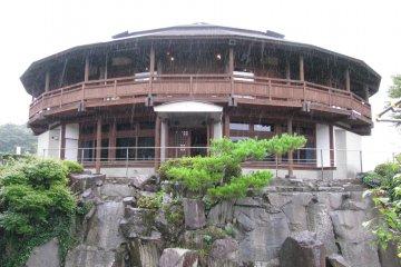 Здание музея и магазин
